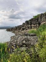une vue d'un gros tas de pierres sur la côte photo