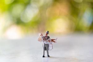 Mariée et le marié miniature à l'extérieur avec un arrière-plan flou vert photo