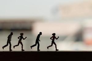 silhouette de personnes miniatures en cours d'exécution, concept de santé et de mode de vie photo