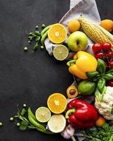 fruits et légumes sur fond de béton noir