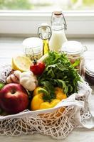 sac écologique avec fruits et légumes, bocaux en verre avec haricots, pâtes