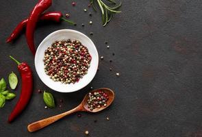 Cors et gousses de piment rouge sur fond sombre, vue du dessus photo