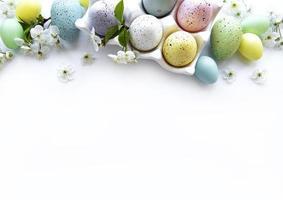 vue de dessus des oeufs de Pâques peints photo
