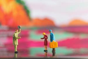 personnes miniatures poignée de main sur un fond coloré