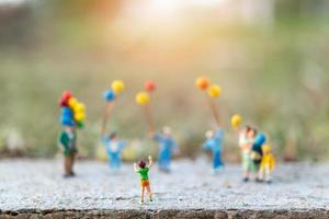 famille miniature avec des ballons, des relations familiales heureuses et un concept de temps de loisirs insouciant photo