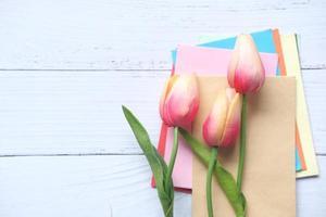 enveloppes colorées sur fond neutre avec espace copie photo