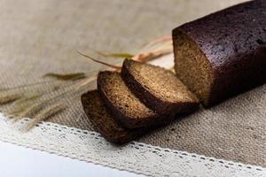 pain de grains entiers noir tranché sur la table