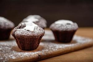 muffins au chocolat sur la planche de bois photo