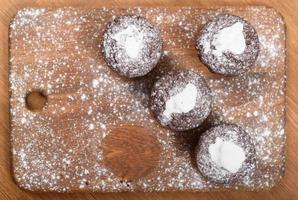 muffins au chocolat sur la planche de bois