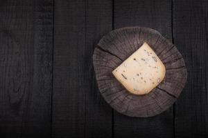 fromage jaune à l'extrémité de l'arbre en bois photo