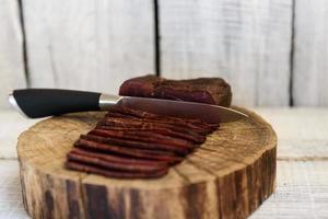 pastrami sur la table en bois photo