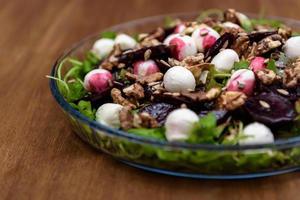 salade de roquette sur la table en bois photo