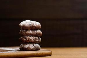 biscuits au chocolat sur la planche de bois photo