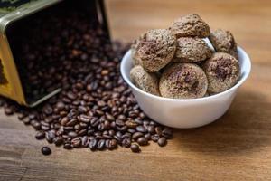 biscuits au café dans une assiette avec des grains de café saupoudrés photo