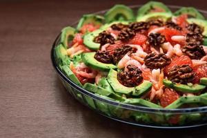 salade d'avocat dans l'assiette