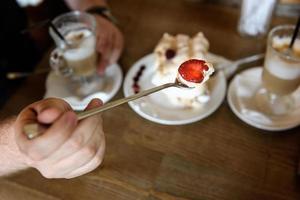 cuillère de meringue aux fraises photo