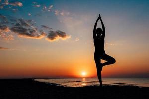 fille sur la plage dans le yoga asana photo