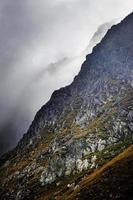 brouillard à flanc de montagne photo