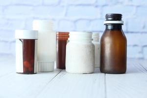 bouteilles de pilules vides non étiquetées photo