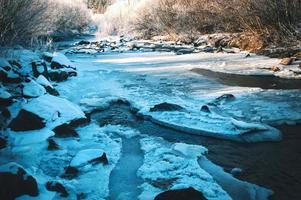 rivière sombre gelée photo
