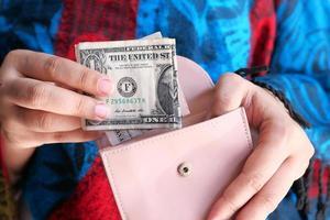 Gros plan des femmes à la main, économiser de l'argent dans le portefeuille