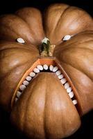 citrouille d'halloween sur une surface noire photo