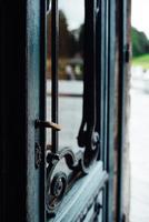 Vieille porte ouverte en bois sur la cour photo
