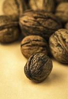 groupe de noix sur une table photo