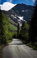 majestueux double pic dans les montagnes photo