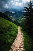 promenade en montagne vers un paysage sombre photo