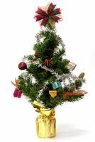arbre de Noël avec des ornements colorés sur fond blanc photo