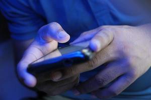 gros plan, de, a, jeune homme, utilisation, téléphone intelligent photo