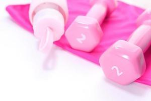 haltère de couleur rose et bouteille d'eau photo