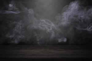 Table en bois vierge avec fond intérieur sombre avec brouillard ou brouillard et fumée