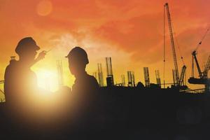 silhouette de la planification du groupe ingénieur et entrepreneur en bâtiment photo