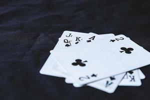 cartes à jouer sur un fond de tissu noir