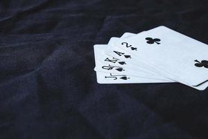 main de carte sur un fond de tissu noir