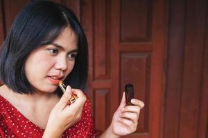 femme, mettre rouge à lèvres photo