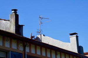 Antenne de télévision sur le toit d'une maison photo
