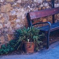 banc en bois dans la rue dans une ville photo