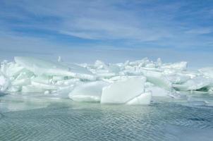 gros morceaux de glace flottante enfoncés dans le bord de mer pour créer des icebergs, mer baltique en hiver photo