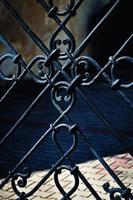détail de la porte en métal noir photo