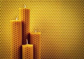 bougies en nid d'abeille sur fond de nid d'abeille photo