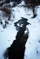 rivière d'hiver gelée