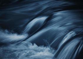 longue exposition de l'eau de rivière photo