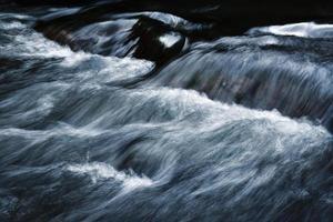 rapides de rivière à longue exposition photo