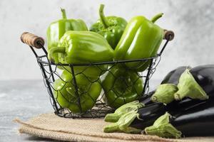 Légumes frais et mûrs placés sur une table en pierre photo