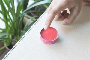 femme utilisant de la gelée de pétrole rose photo