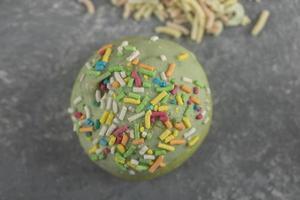 un beignet vert sucré avec des pépites photo