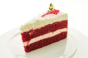 Gâteau de velours rouge sur plaque blanche isolé sur fond blanc photo
